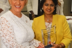 H.E. First Lady of Panama, receiving her Award from the President of Mauritius, H.E. Ameena Gurib, during CELD New York event 2017 copy