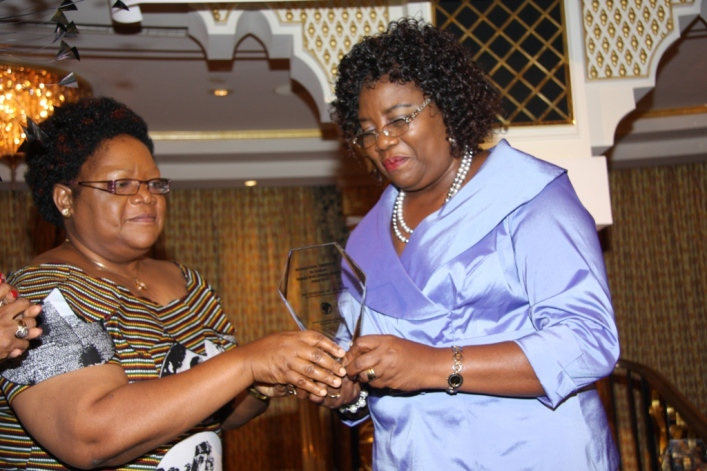 Hon. Joice Mujuru presenting the 2012 African Amazon Award to the Wife of the Prime Minister of Kenya, Dr. Ida Odinga